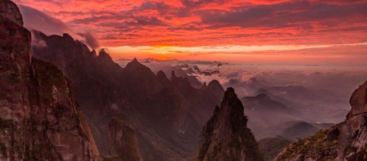 paisagem de montanhas para viajar em novembro