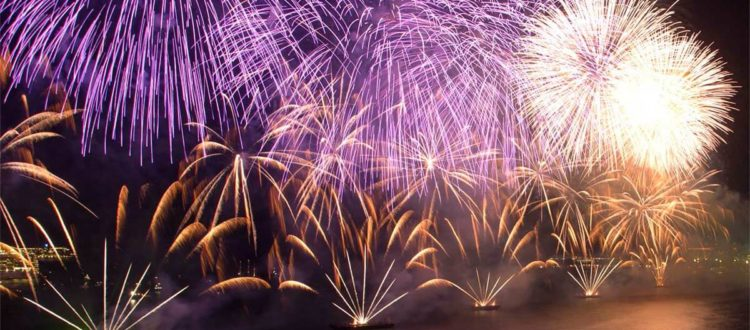 Queima de fogos no réveillon em Copacabana